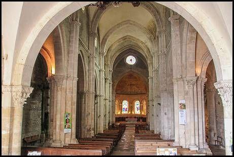 Avallon 89 Bourgogne. Nef de la Collégiale St Lazare : déclivité de 2,50 m entre l'entrée et le Choeur, construit sur la crypte datant du IVe s.