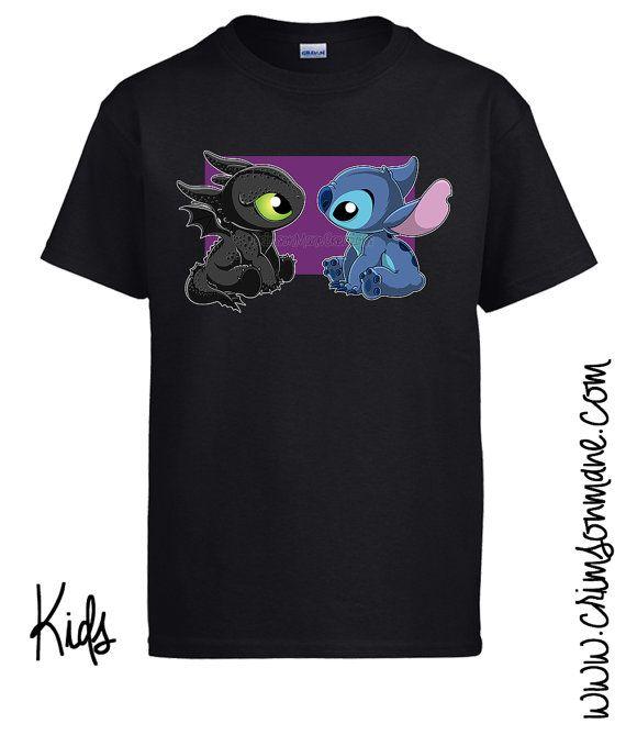 Descrizione di prodotto-  Questo adorabile t-shirt presenta un bambino sdentato da How to Train Your Dragon e Stitch da Disney Lilo e Stitch! Con orgoglio possiamo affermare che questo disegno è stato disegnato dal proprietario di questo negozio, così che possiamo garantire che è unico per noi al 100% a mano. Non troverete questa camicia da nessunaltra parte! Abbiamo calore stampa i nostri disegni sulle camicie noi stessi per assicurarsi che ogni uno è qualità controllati prima di essere…