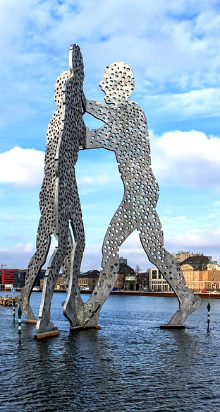 Besichtigung des Molecule Man #Berlin / Visit The Molecule Man Berlin [Foto: Avda, Lizenz: CC-BY-SA-3.0 (http://creativecommons.org/licenses/by-sa/3.0/)]