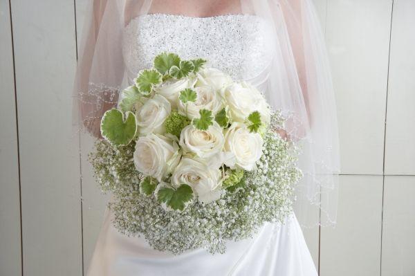 Wit traditioneel bruidsboeket met rozen