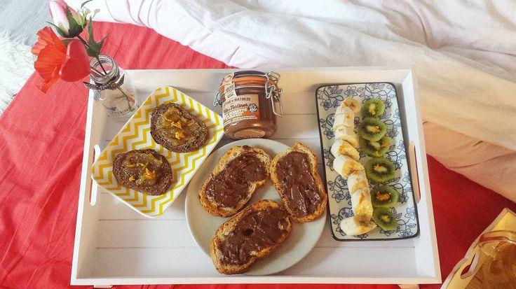 «Le samedi on peut profiter de notre matinée ensemble, on adore prendre le temps de manger un bon petit déjeuner au lit #plaisir #weekend #miam #healthy…»