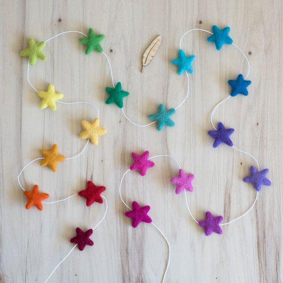 Il nostro arcobaleno completo ghirlanda Byron Star è sicuro di portare bel colore luminoso alla vostra giornata! Le stelle feltrate partono da un rosso scuro e attraversano arancione, giallo, verde, blu, viola e rosa. Questo Zigolo fa una decorazione carina per party e feste, per vivai e camere per bambini. Dare come regalo dellacquazzone di bambino, quando il sesso non è ancora noto o semplicemente mantenere uno per te! La lunghezza di questo bunting è disponibile in 2 lunghezze: * 1,5 m...