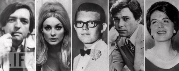 """Na madrugada do dia 9 de agosto de 1969, a  """"família Manson"""", liderados por Charles Manson, invadem a casa de Roman Polansky e Sharon Tate. No local está Sharon Tate, grávida de 8 meses, e três amigos dela.  Os quatro são assassinados nessa noite, além de uma outra pessoa que não estava com eles na casa, estava por perto procurando pelo caseiro. Voityck Frykowski, Sharon Tate, Stephen Parent, Jay Sebring and Abigail Folger."""