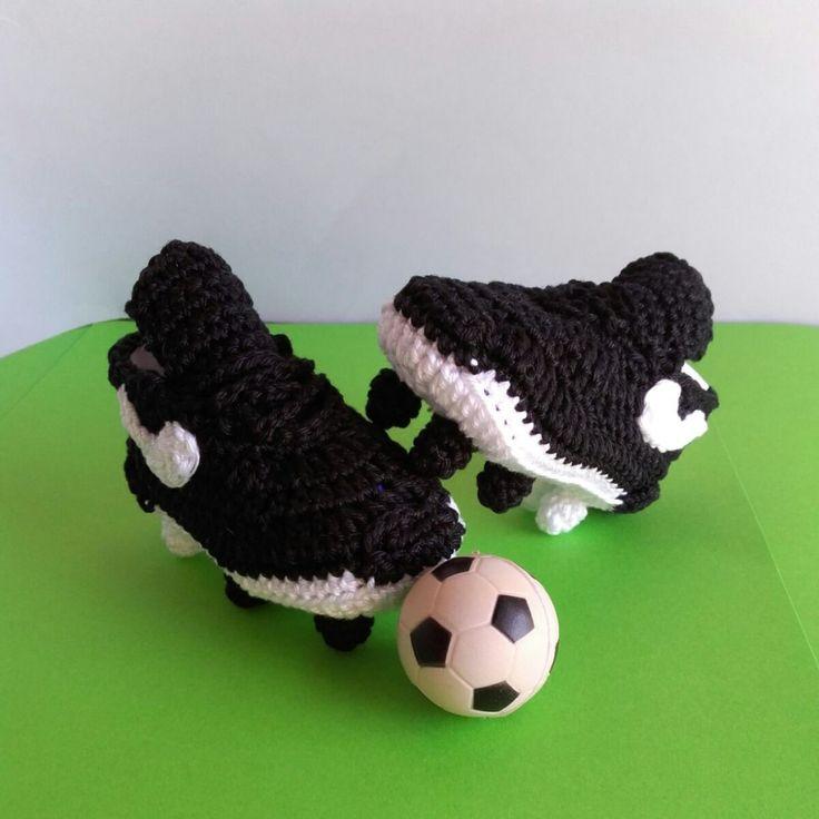 Vuoi trasmettere la tua passione per il calcio al nuovo arrivato? Scegli questi bellissimi scarpini in cotone per neonato!