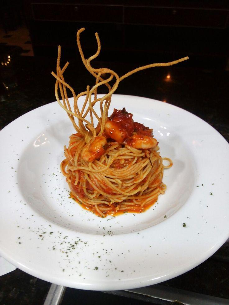 Vermicelli con camarones en salsa roja