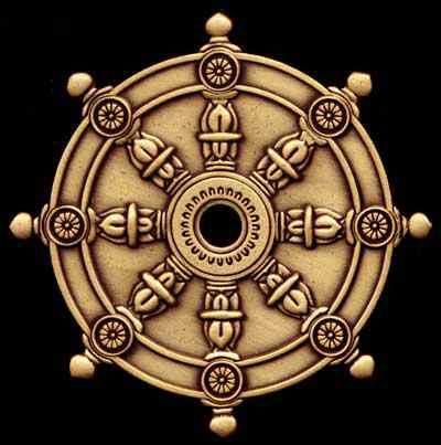El símbolo del dharma chakra, es representado como una rueda (chakra en sánscrito) de ocho radios. Es el símbolo budista más antiguo encontrado en el arte indio, aparecido en la era del rey budista Ashoka junto a las cinco primeras iconografías indias sobrevivientes después de la era de la cultura Harappa. Desde entonces todas las naciones budistas lo han usado como símbolo. En su forma más simple, es mundialmente reconocido como un símbolo del budismo. Los ocho radios representan el noble…