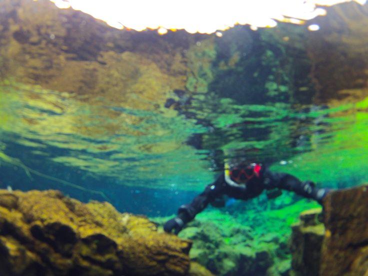 – Vamos nadar entre duas placas tectónicas? – pergunta a Carla ao Rui. – Tu estás tola ou quê? – exclama o Rui. – Vi na internet que é possível mergulhar ou fazer snorkelling na Dorsal Meso Atlântica na Islândia. Parece-me ser o máximo, que achas? – Bem… não prevejo nada de bom, mas bora …
