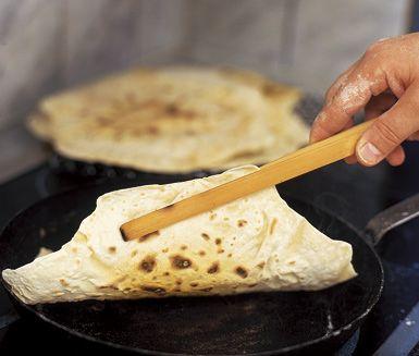 Baka egna tunnbröd enkelt och snabbt i stekpanna, ett smarrigt tillbehör till middagen. Med vetemjöl och Solhavre i smeten gräddar du tunnbröden i pannan på endast fyra minuter och kan sedan servera dem med valfritt pålägg.