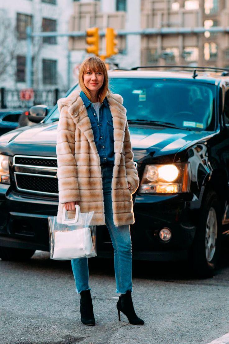 La Semana de la Moda de Nueva York se caracteriza por sus desafiantes condiciones climáticas. Lluvias, nieve, pero por sobre todo, muchísimo frío. Este potente clima invernal podría ser un impedimento para cualquiera a la hora de vestirse, pero para las estrellas del street style, el desafío es bien recibido y estas mujeres logran lucir con mucho ingenio las últimas tendencias de la moda.