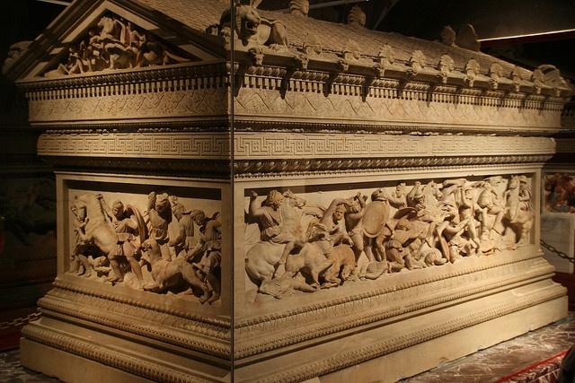 """O """"Sarcófago de Alexandre"""", que tem esse nome por causa das imagens em alto-relevo que retratam sua vida (o corpo dele não foi colocado aí!). Data aproximada: fim do séc IV a. C. Encontrado em Sídon, no Líbano, no séc. XIX, hoje se encontra no Museu Arqueológico de Istanbul."""