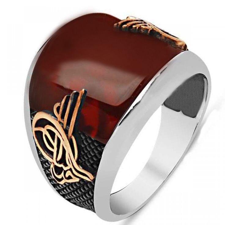 Çok güzel bir yüzük. Yüzüğün yan gövdelerinde mikro kabartı dokusu vardır. Bu zemin tamamen siyahtır. Yan gövdelere bronz renk Osmanlı Tuğrası işlemeleri yapılmıştır. Tuğra işlemeleri çok net ve temizdir. Yüzüğe harika bir akik taş konulmuştur. Akik taş y