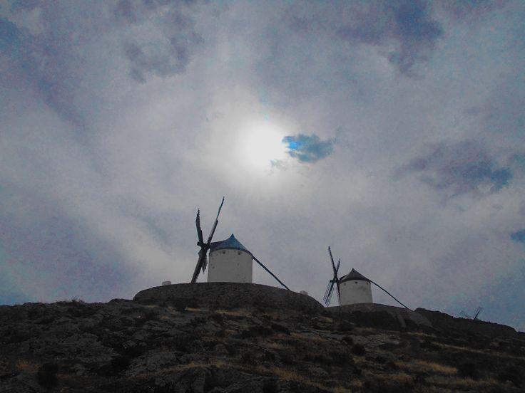 Mochilas y Sancho. Molinos en el Cerro Calderico.