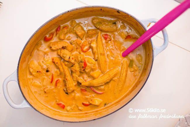 En god kycklingrätt med curry, mango och cashewnötter. Kan aldrig bli fel eller hur ;) 4-6 portioner 1 kilo kycklingfilé 1 purjolök 1 msk gul curry 1 röd spetspaprika 2 vitlöksklyftor 1 burk minimajs 1 msk kycklingfond 3 msk mangochutney 250 gram fryst mango 1 näve naturella cashewnötter 2 dl creme fraiche +4 dl grädde […]