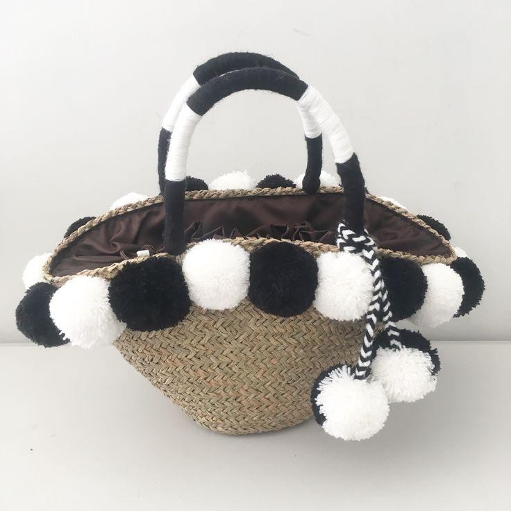 Pompom Handbag  www.decocraftbali.com Ig: @decocraftbali  #pompombag #pompomclutch #pompomhat #pompompouch #handmade #craft #bali #art #handicraft #denpasar #pompom #fashion #womenfashion