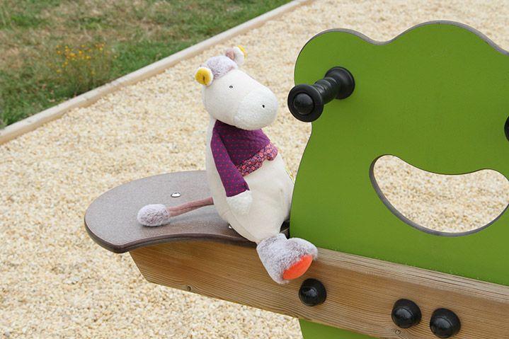 Mademoiselle Pâquerette s'amuse beaucoup au parc entre le toboggan, le tape-fesses, le bac à sable... Nous vous proposons de la retrouver ainsi que tous les personnages de la collection Les Cousins et tous les produits Moulin Roty sur notre site http://www.jeujouet.com/moulin-roty-les-cousins-du-moulin #Peluche #Vache #LesCousins #MoulinRoty #Jeujouet