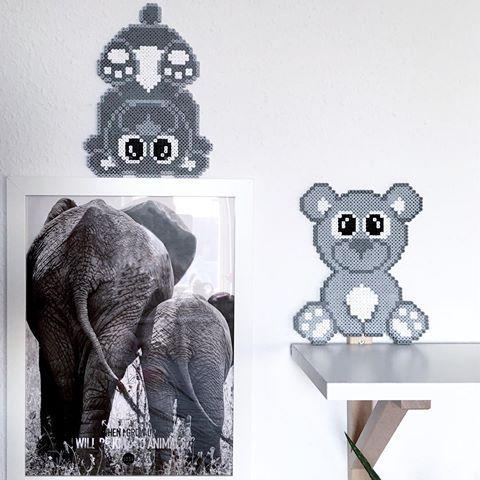 •ƬƐᗪᗪƳᗷƐᗩᖇᔕ• Selvom mine børn ikke er helt små mere, så er der ikke noget så godt som små søde bamsebjørne..  Tænker de også er super fine ved puslepladsen, eller som en ekstra lille ting i barselsgaven  #perlebamser #perler #beads #perlerbeads #perlerier #perlemønstre #teddybear #kidsroom #kidsinterior #mønsterpåbloggen #anjatakacsdk #perlevenner #nyemønstre #hamabeads #hamaperler