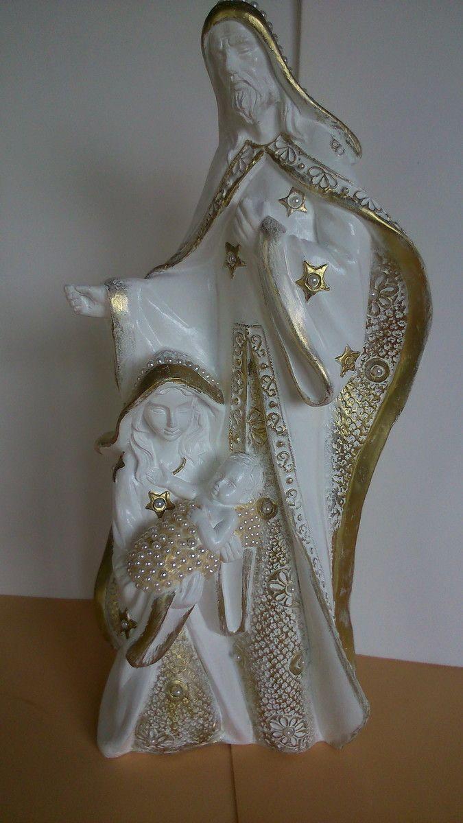 Sagrada família natalina com detalhes em perolas e dourado,feita a mão tem 4ocm de altura!