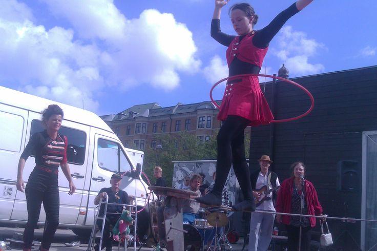Cirkus Panik er gratis gadeteater når det er bedst: Festligt, forrygende og tempofyldt gøgleri, og for folk i alle aldre. Humor og humør er i højsædet! En typisk forestilling fører dig igennem keglebold og jonglering med sten, ekvilibrisme med diabolo, balanceshow, ild- og fakirkunst, tempofyldt 1-hjulet cykelopvisning, og dramatik i vakkelvorn trapez. Og selvfølgelig bidrager publikum til en stor del af morskaben. De optræder rundt omkring i det danske land, så hold øje når der annonceres.