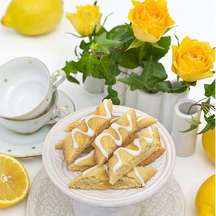 Möra citronsnittar smaksatta med lemon curd och garnerade med kristyr.