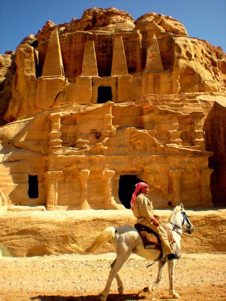 Petra, Jordania - la Tumba de los Obeliscos encabeza el Bab al-Siq Triclinium,  uno de las numerosas construcciones monumentales de Petra.