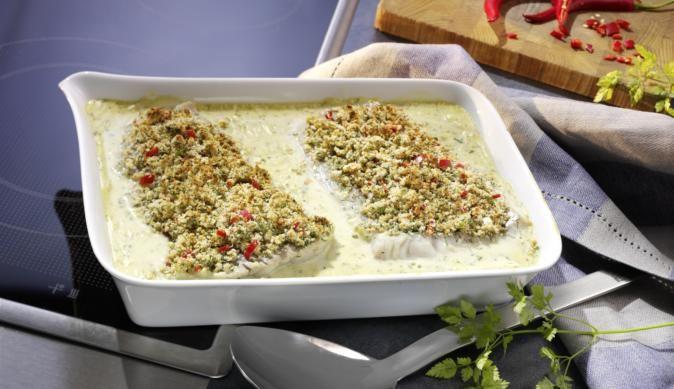 Frisches Seelachsfilet in cremiger Kräuter-Sahne Sauce! Dazu den Fisch mit würzigem Dill und Ingwer und scharfen Chilischoten gratinieren für eine leckere Kruste.