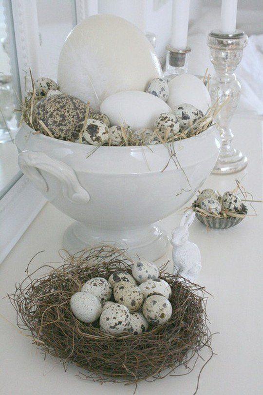 décor de table Pâques avec des oeufs en blanc