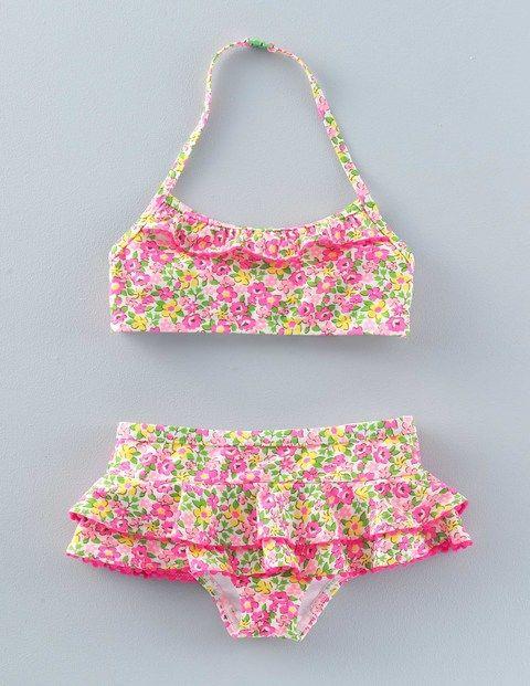 Dotés de nos imprimés préférés et de bordures fluo à pompons, ces bikinis à volants feront de toi la star de la plage. Tissu doté d'une protection UV indice 50+.