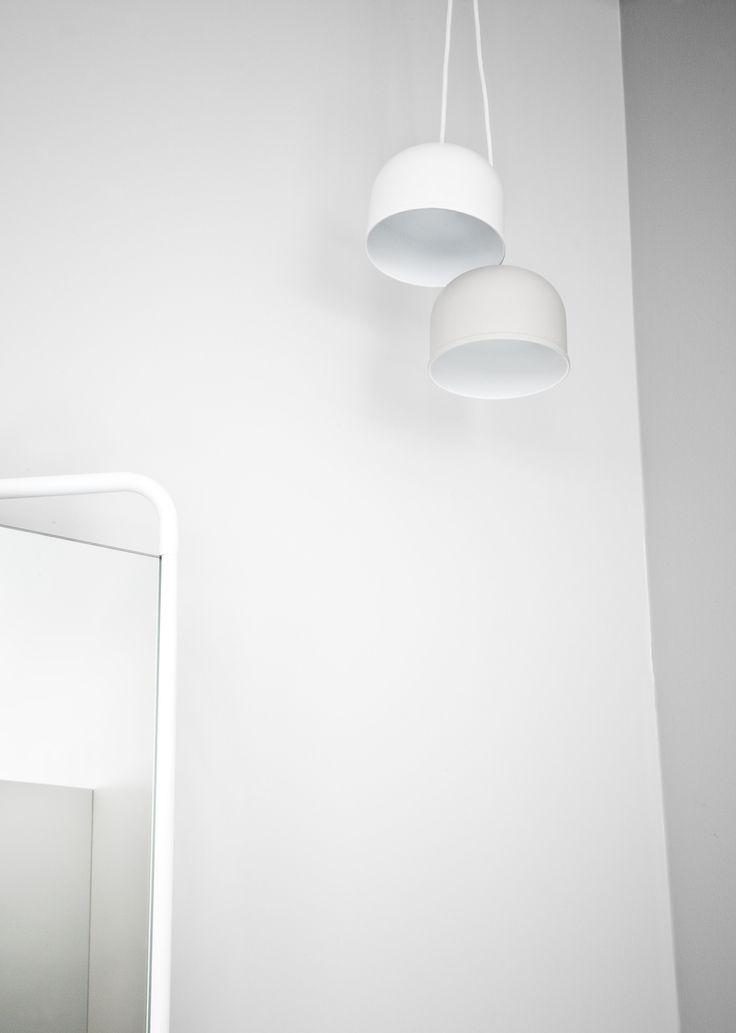 MINIMALISTYCZNA LAMPA MARKI MENU - KOLOR BIAŁY Ponadczasowa lampa marki Menu w kolorze białym jest prosta w formie, subtelna i funkcjonalna. Wpisuje się w stylistykę wnętrz o każdej stylistyce.