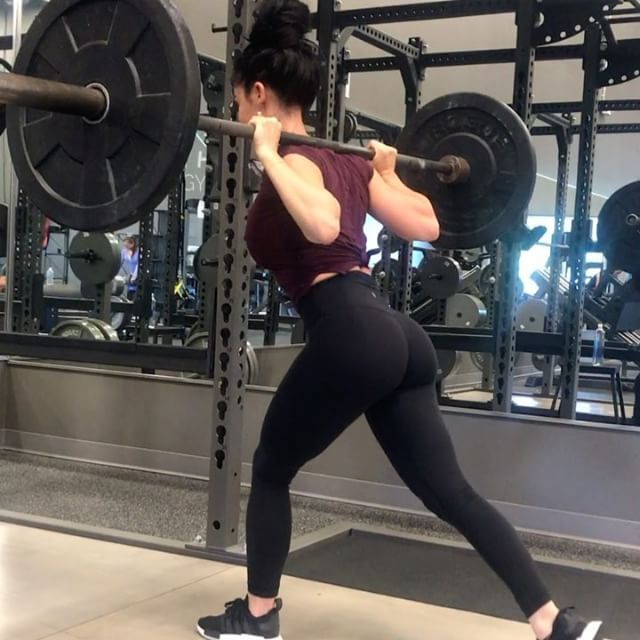 Static lunges, front squats and some sneak peaks of our new APP 🎉🎉🎉 it isn't available yet but will be very soon, hopefully in time for our Summer Challenge! It will have a private challenge-members only forum, check ins will be in app, macro calculator in app, video library and that's just the beginning! Can't wait to share it with you allllll!!! #khfrontsquats #khstatlunges