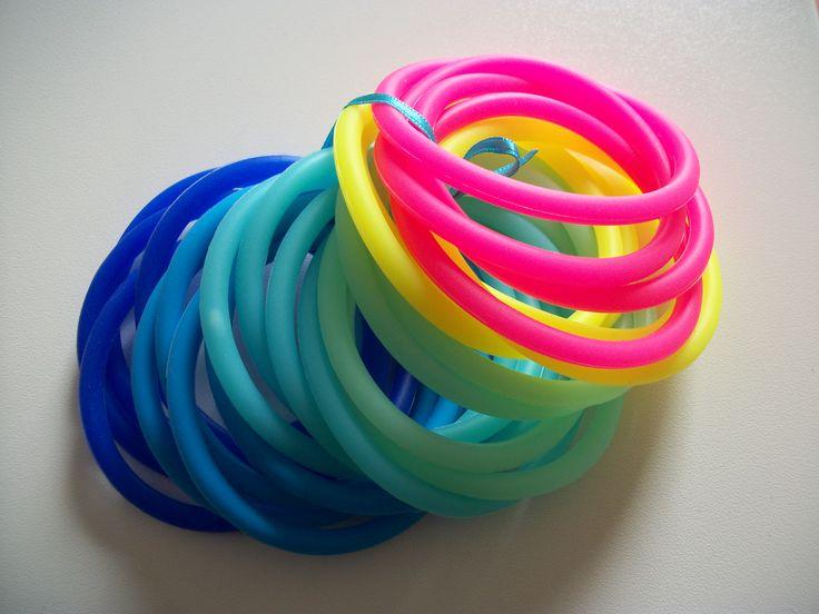 Groepjes maken: gooi de armbandjes in een grabbelzak. Zelfde kleuren zijn een groepje. Leuke tip: laat leerlingen zelf Loom-bandjes maken!