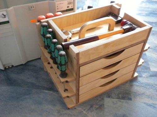 Werkzeugeinsatz ist aus 12mm Sperrholzplatte Birke (Multiplex) 2 oder 4 Schubladen frei wählbar  aus 12mm Multiplex  (Nut und Feder Verbindung verleimt) Schubladenboden ist aus 5mm  Sperrholzplatte Schubladen Innenmaß ist ca. Breite 236 mm, Tiefe 179 mm, Höhe 44 mm / 90mm Ablagefach mit Handgriff und Ausfräsungen für Hammer viele Steckmöglichkeiten für verschiedene Handwerkzeuge wie Schraubenzieher, Stecheisen, Zangen u.s.w Alle Kanten sind leicht gebrochen