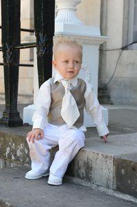 Dit lieve kereltje wilde vast, perse, zijn dasje aan de buitenkant van zijn vestje. Papa had namelijk een stropdas. Natuurlijk van Corrie's bruidskindermode. Trouwen, huwelijk, bruiloft, bruidskinderen, bruidsmeisje, bruidsjonker. bruidskindermode.nl