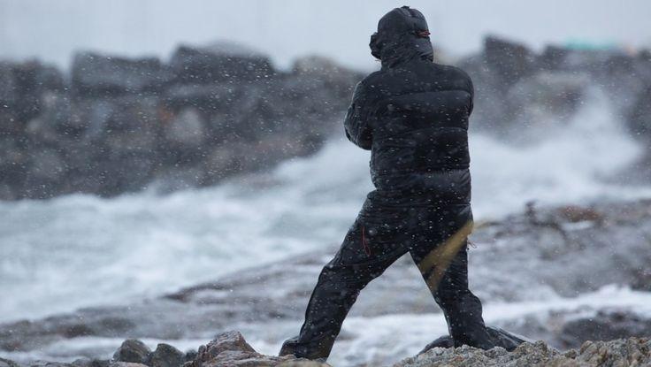 Ekstremværet Ole i Bodø - Våghalser ute i Bodø havn for å fotografere ekstremværet. - Foto: Bjørn Erik Rygg Lunde / NRK