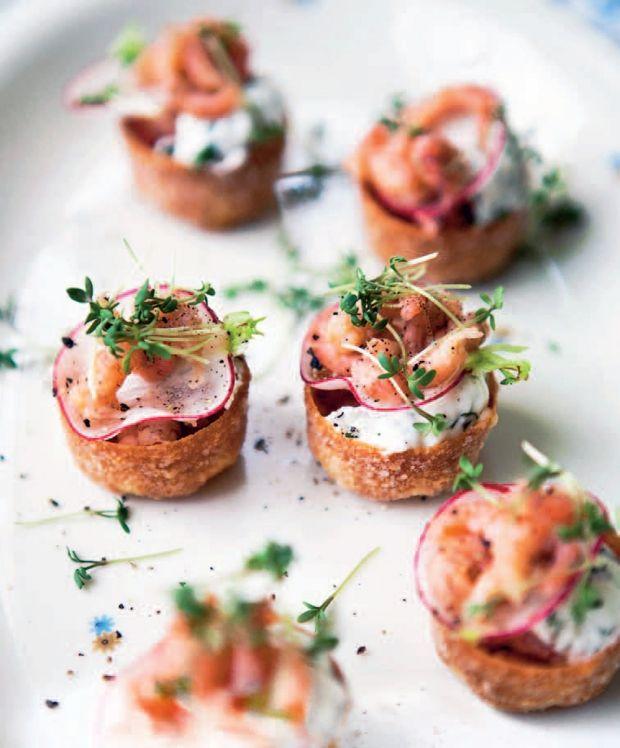 Server fjordrejer som lækre godbidder til dine påskegæster. Her får du en lækker opskrift på fjordrejer på toast med gedeost og radiser.