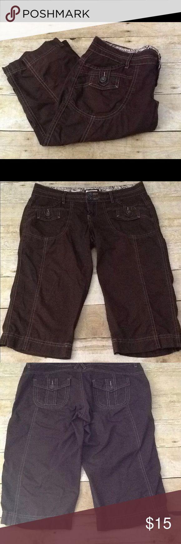 "Maurice's Brown Bermuda Capri Shorts Maurice's Brown Bermuda Capri Shorts. Women's Size 5/6. 100% Cotton. Waist 16"". Inseam 17"". Maurices Shorts"