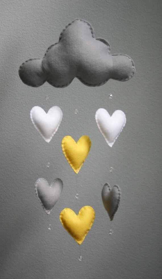 Bébé moderne - Mobile nuage de feutre blanc, gris et jaune avec les gouttes de pluie de coeur et perles de cristal - la main - sur mesure - pépinière Decor