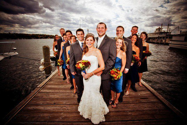 photo de mariage originale HDR: le groupe en triangle sur le quai
