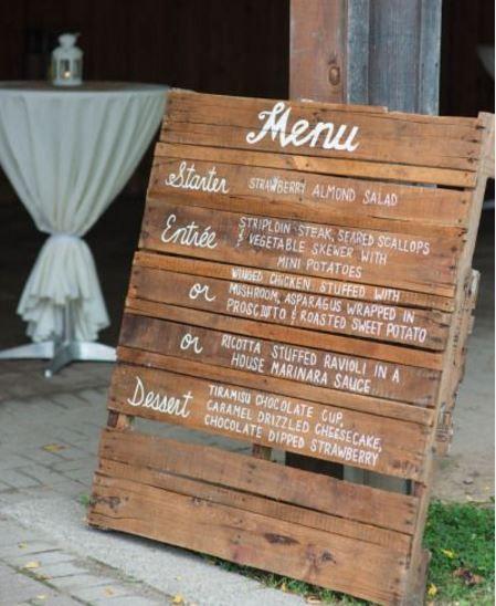 Déco récup et champêtre : afficher le menu de son mariage sur une palette en bois.
