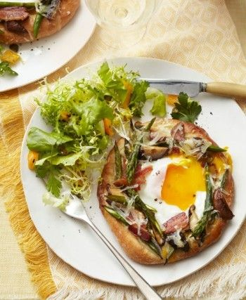 Asparagus-Emmenthal pizzettes with bacon, served with Italian salad ...