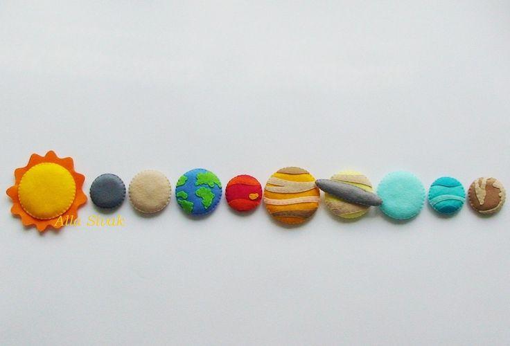 Cet ensemble de planète feutrine cousu à la main pièce 10 est parfait pour aider votre tout-petit apprendre leurs planètes et quoi ils ressemblent. Bourré d'ouate de polyester de qualité supérieure pour un effet 3D ! Chaque planète a son nom sur le dos. Les enfants s'amuseront en mettant les planètes dans l'ordre et apprendre les noms. Chaque planète est reconnaissable avec des détails permettant didentifier chaque planète planète complexes.  Chaque élément ont 1 aimant à l'intérieur, donc…