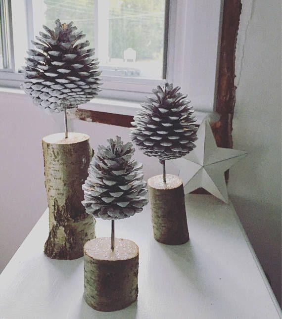 Dieses unhygienische Set aus drei Fircone-Bäumen im nordischen Stil ist ein