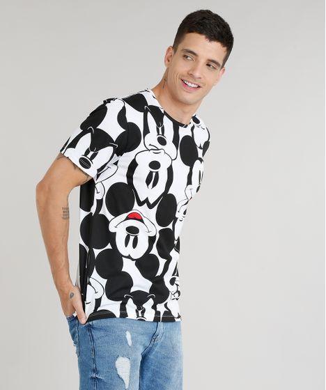 9ef0170de8 Camiseta masculina confeccionada em malha. O destaque do modelo é a estampa  do personagem Mickey