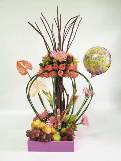 Delicado arreglo mixto con bonsai floral en base de madera con variedad de fruta acompañado por globito metálico