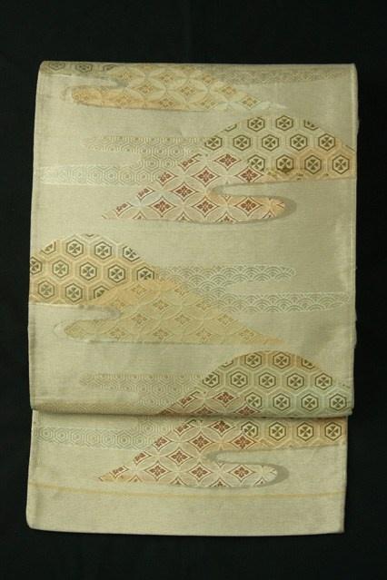 Rokkaku fukuro obi / 赤白橡色地 遠山霞取り古典幾何学柄 六通袋帯   #Kimono #Japan  http://www.rakuten.co.jp/aiyama/