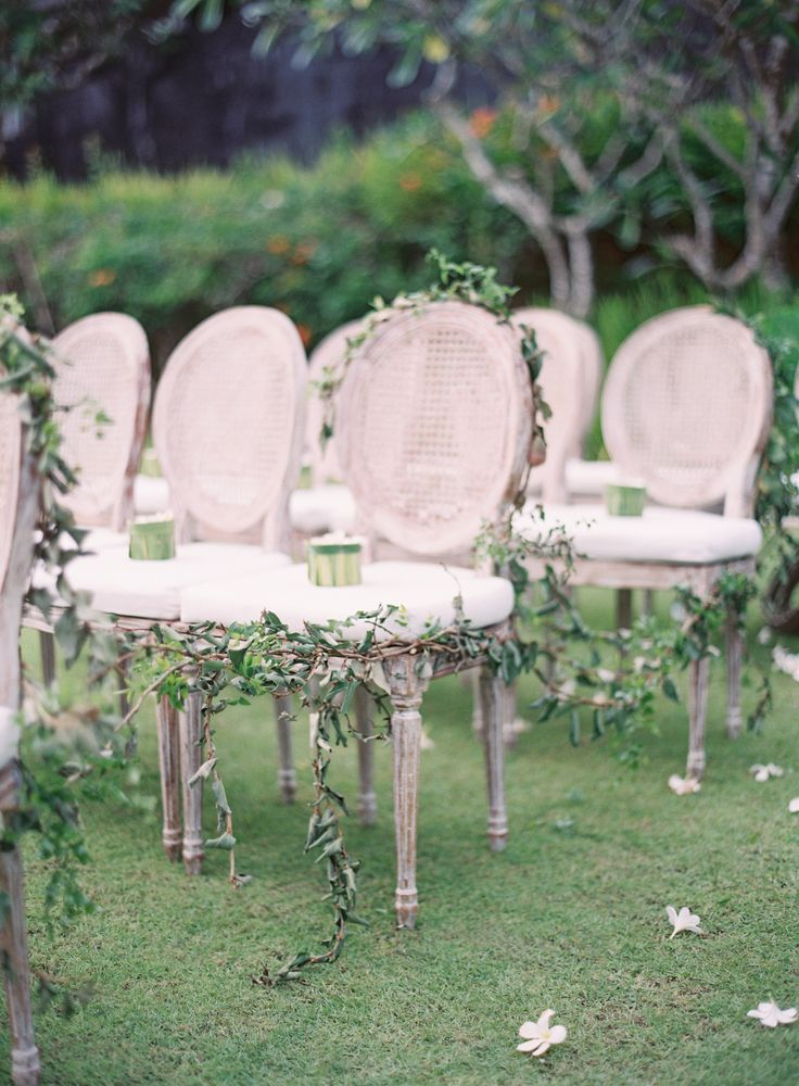 Greenery intertwined ceremony seating | Photography: Oliver Fly - http://oliverfly.com/