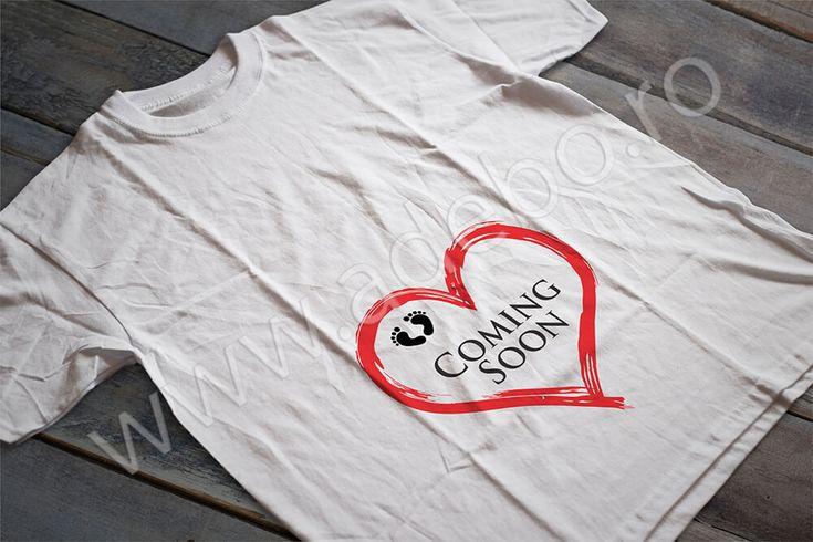 "Tricou personalizat pentru gravidute cu desenul unei inimioare, doua talpi mici si mesajul ""Coming soon"" – daca sunteti in cautare de cadouri pentru femei gravide, cadouri pentru viitoare mamici atunci trebuie sa alegeti un tricou personalizat"