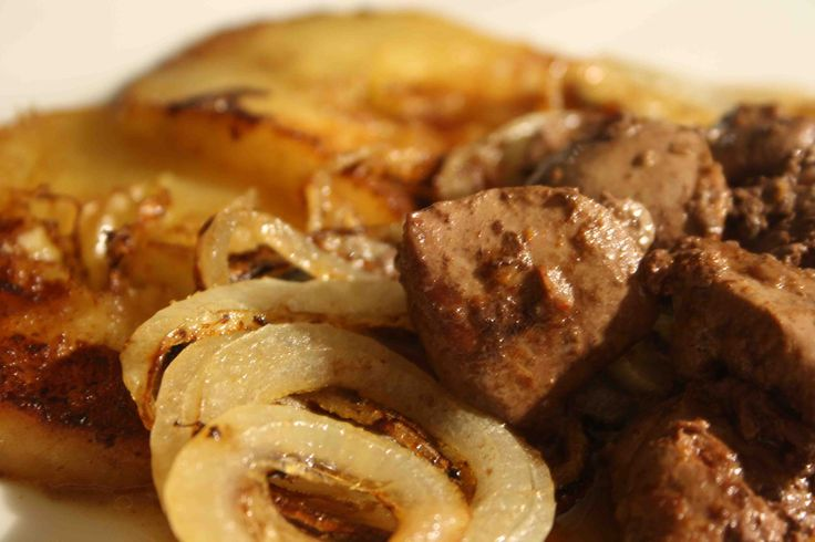 Chicken livers sauteed with apples and onion rings