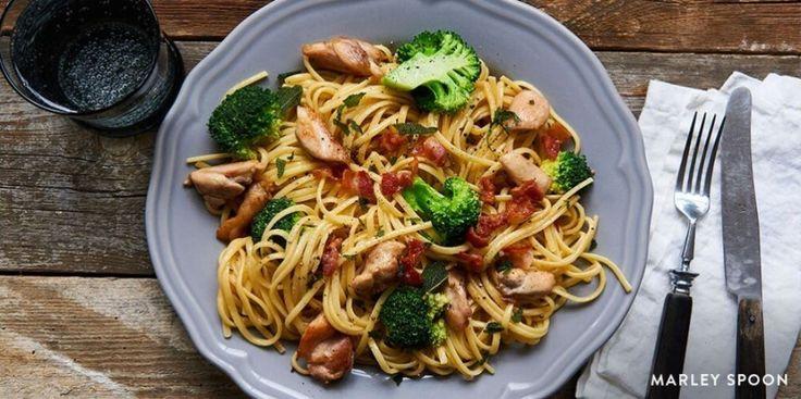 Uitgekeken op kip met broccoli en rijst? Wij hebben een mooie variant voor je. Dit gerecht maak je met linguine (een soort pasta) en wat bacon.