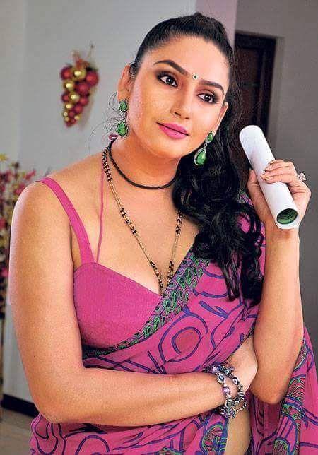 Lining cleavage show - Ragini Dwivedi -