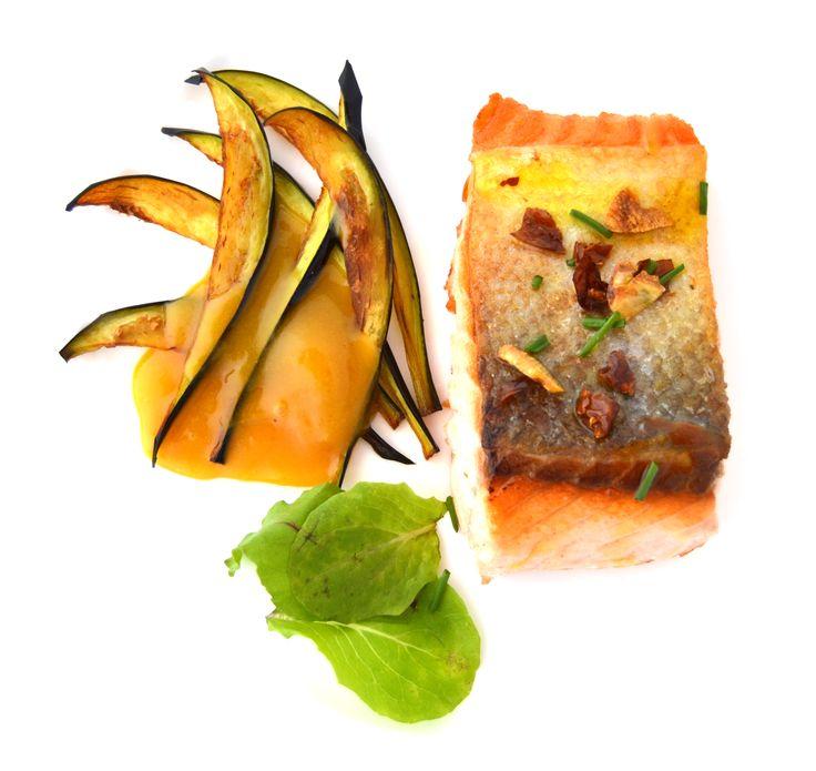 Salmón con verduras y salsa de naranja. Platos sin carne en Restaurante La Espadaña. www.restauranteespadana.es